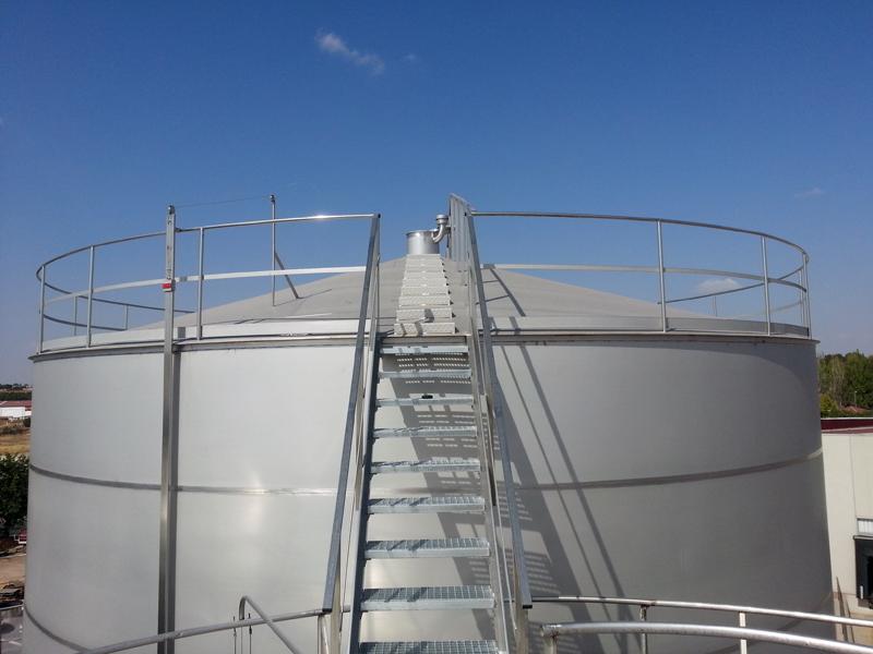 Escalera acceso parte superior del tanque