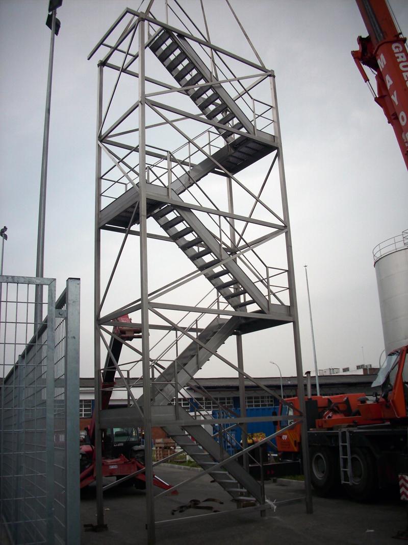 Escalera de acceso sobre estructura